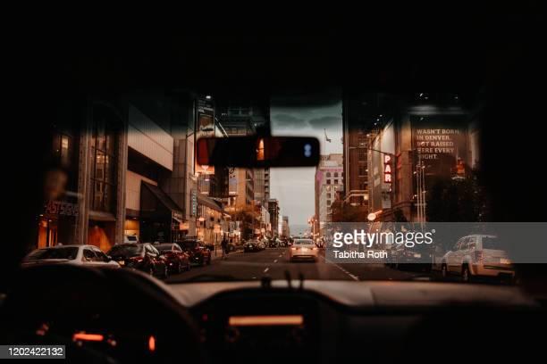 strasse verkehr in stadt bei nacht denver - stadt stock pictures, royalty-free photos & images