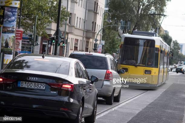 Strassenbahn und Autos teilen sich den verfügbaren Platz auf der Stahlheimer Strasse in Berlin Prenzlauer Berg