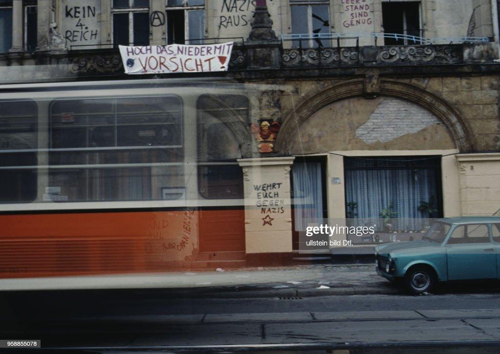 Strassenbahn Vor Besetztem Haus In Ost Berlin Ddr Vor Der Wende 1990