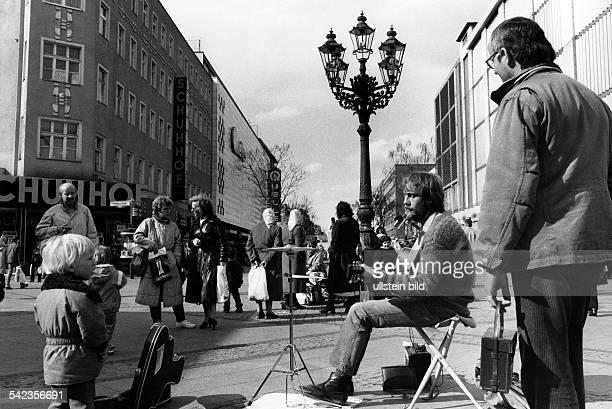 Strassenmusiker in der Fussgängerzone der Wilmersdorfer Strasse 1984