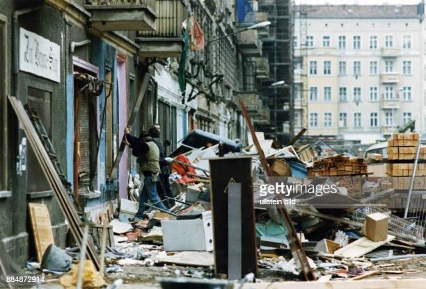 Strassenschlacht zwischen Hausbesetzern und Polizei in der Mainzer Strasse nach der Räumung zweier besetzter Häuser Aufräumungsarbeiten