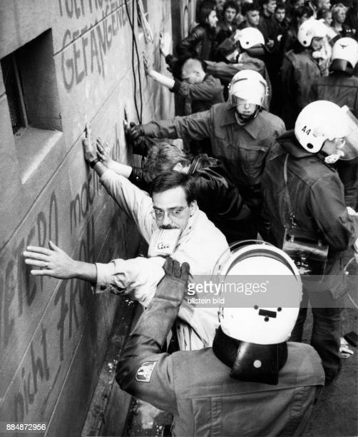 Strassenschlacht zwischen Hausbesetzern und Polizei in der Mainzer Strasse nach der Räumung von besetzten Häusern in den Bezirken Friedrichshain und...