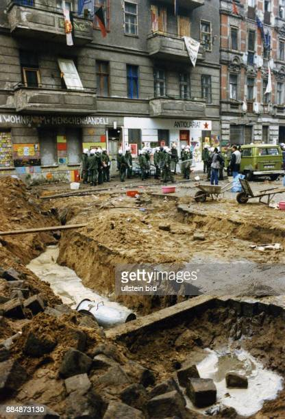 Strassenschlacht zwischen Hausbesetzern und Polizei in der Mainzer Strasse nach der Räumung besetzter Häuser in den Bezirken Friedrichshain und...