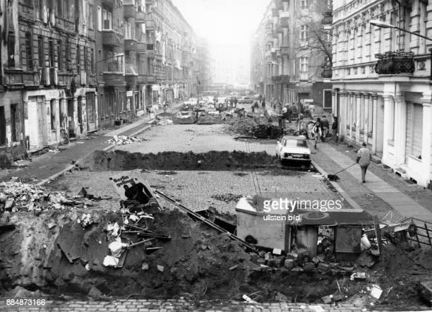 Strassenschlacht zwischen Hausbesetzern und Polizei in der Mainzer Strasse nach der Räumung zweier besetzter Häuser Barrikaden und aufgerissenes...
