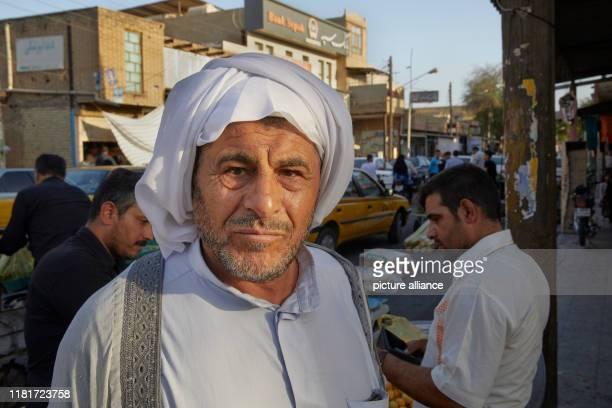 Strassenszene in der Stadt Susa im Iran, aufgenommen am . Porträt eines alten Mannes mit einem weissen Turban.