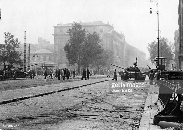 Strassenszene mit Panzern der ungarischen Armee in Budapest