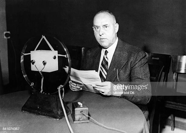 Strasser Gregor *31051892Politiker DMitglied der NSDAP vor einem Mikrophon undatiert