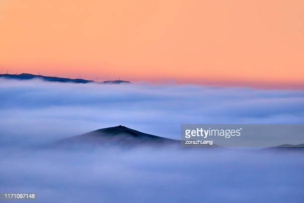 stratosphere clouds bei sonnenaufgang - hochplateau stock-fotos und bilder