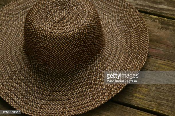 straw hat on wood picnic table - straw hat stock pictures, royalty-free photos & images