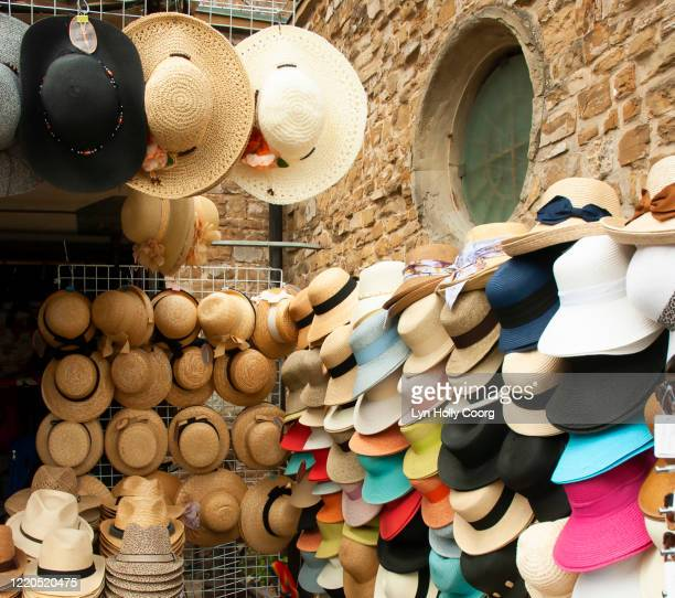straw hats for sale in market - lyn holly coorg stock pictures, royalty-free photos & images