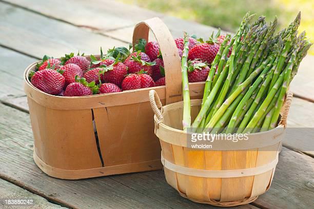 Erdbeeren und Spargel in Körben