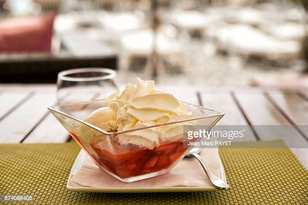 strawberries and vanilla ice cream - jean marc payet stockfoto's en -beelden