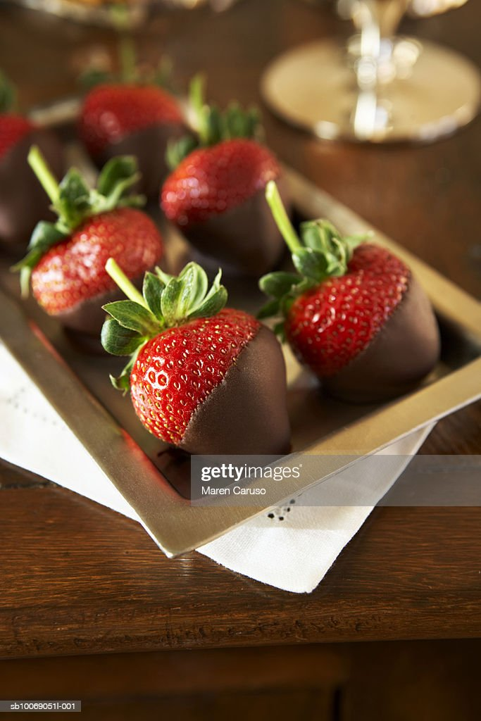 Strawberries dipped in chocolate on tray, elevated view, close-up : Stockfoto