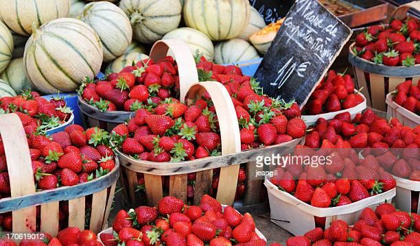 ストロベリーで販売ストリートマーケット、プロバンス地方 - シャラント ストックフォトと画像