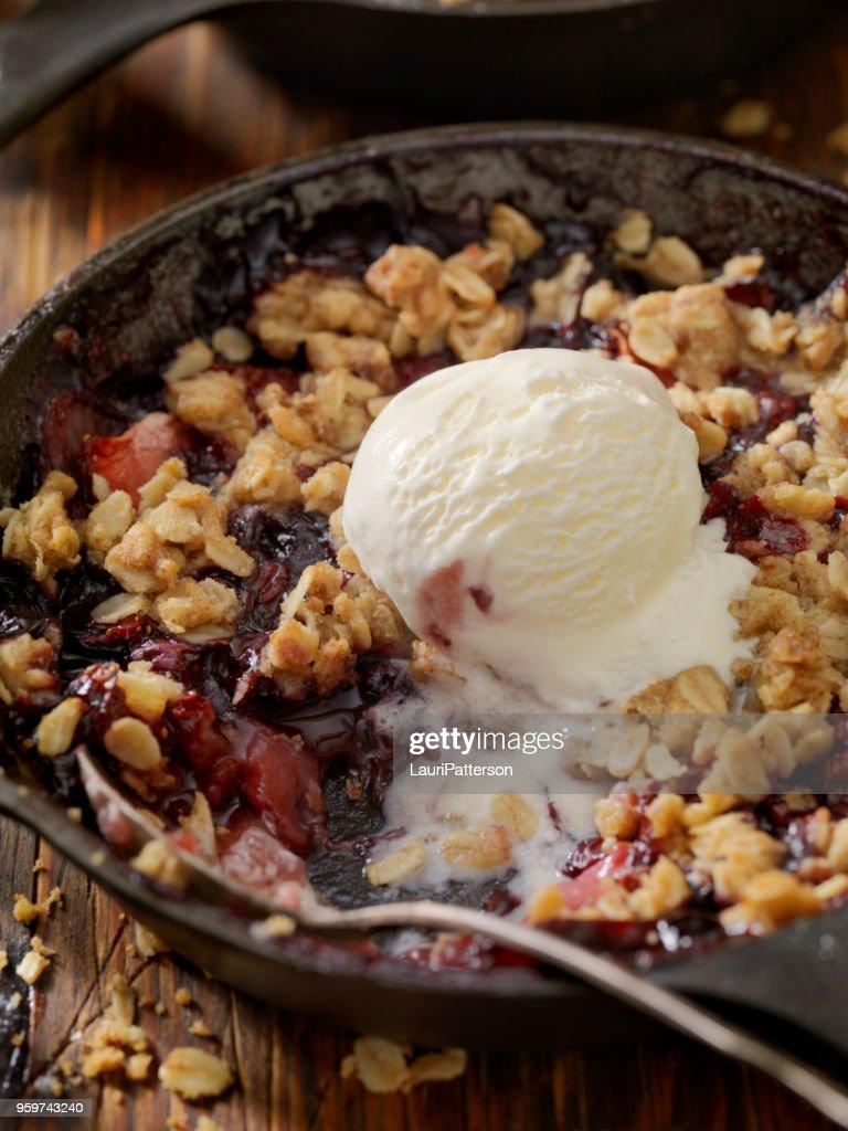 Erdbeeren und Heidelbeeren Crisp mit Vanilleeis : Stock-Foto