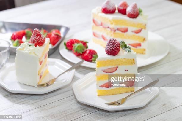 白い木製テーブルにイチゴとクリームスポンジケーキ - ケーキ ストックフォトと画像