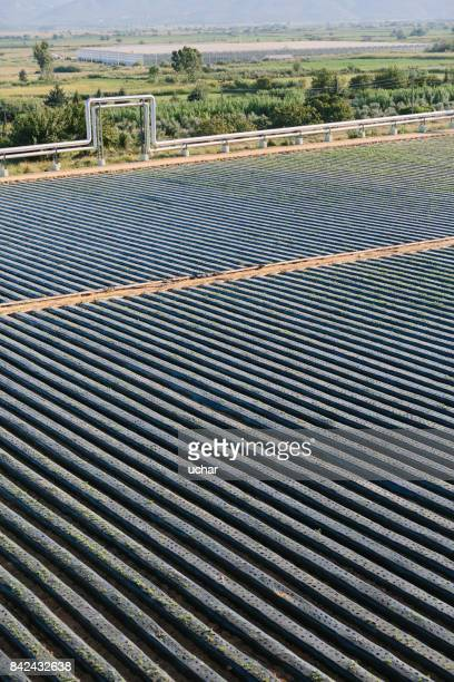 Erdbeerfeld und geothermische Kraftwerk