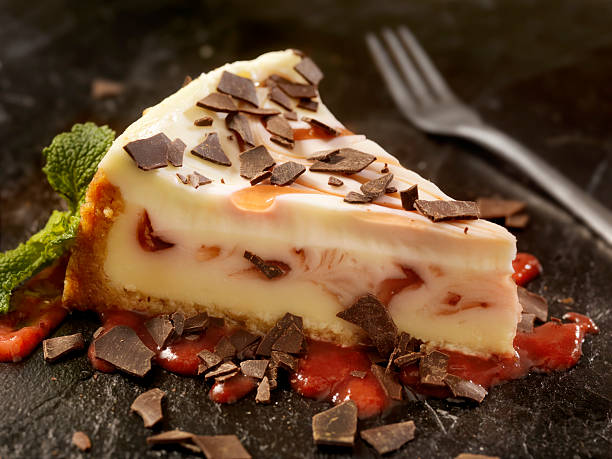 strawberry swirl cheesecake with chocolate flakes - 芝士蛋糕 個照片及圖片檔