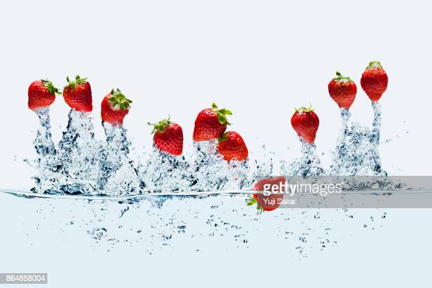 strawberrys jump out from water. - 抗酸化物質 ストックフォトと画像