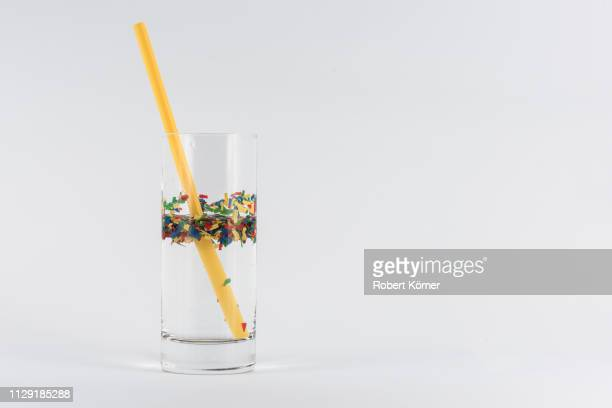 straws, microplastic and plastic in water - plastikmaterial stockfoto's en -beelden