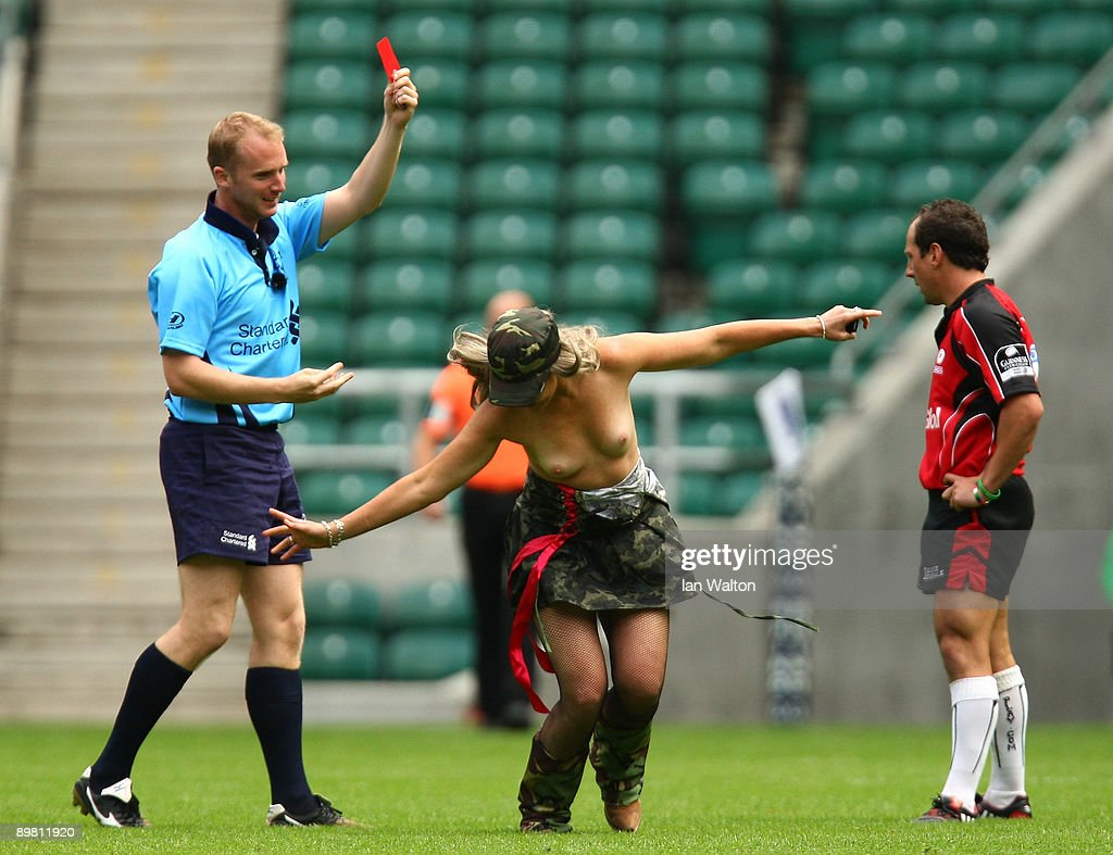 Ireland 6 Nations chat - Page 12 Streaker-is-shown-a-red-card-by-the-referee-during-the-middlesex-at-picture-id89811920