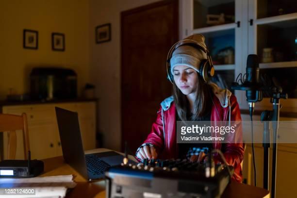 dj streaming from home at night - arte, cultura e espetáculo imagens e fotografias de stock
