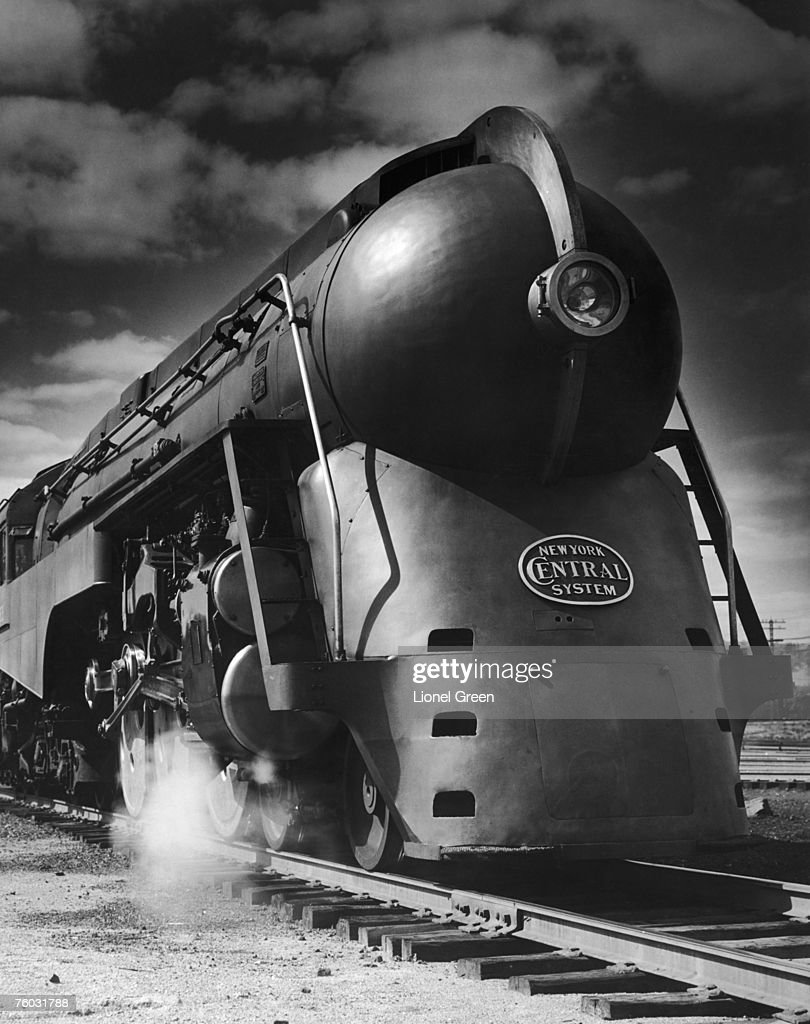 A streamlined 4-6-4 Hudson steam locomotive of the New ... Henry Dreyfuss Train