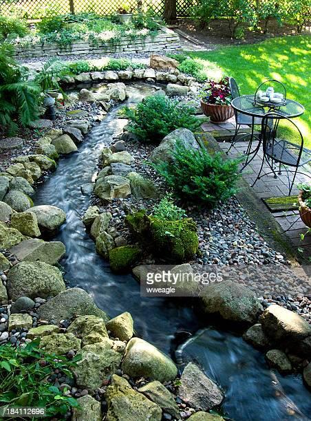 espace jardin du centre de villégiature streamside - karesansui photos et images de collection