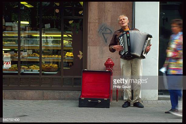 street accordionist - accordionist stock pictures, royalty-free photos & images