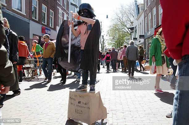 actor de la calle en la ciudad de haarlem - haarlem fotografías e imágenes de stock
