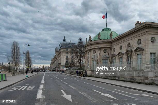 street along seine riverbank with museum buildings ,paris. - emreturanphoto stock pictures, royalty-free photos & images