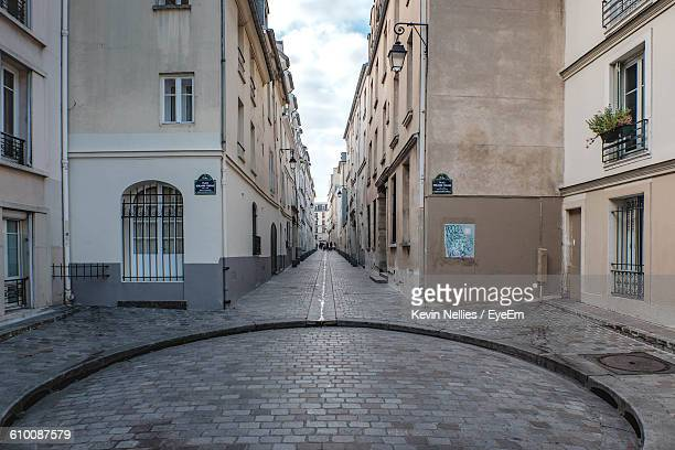 street amidst buildings in city - paris france photos et images de collection