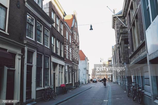 street amidst residential buildings in city - bortes - fotografias e filmes do acervo