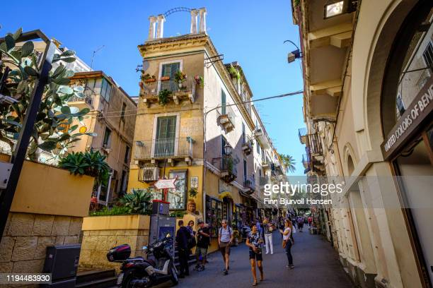 street and buildings in the old center of taormina on sicily, italy - finn bjurvoll stock pictures, royalty-free photos & images