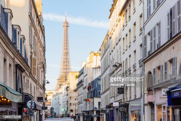 street and eiffel tower on a sunny morning, paris, france - paris stockfoto's en -beelden