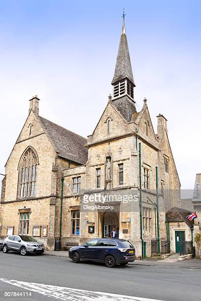 street and historic building in stow-on-the-wold, cotswold, england, uk. - stow on the wold stock pictures, royalty-free photos & images