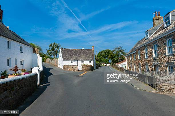 street and houses in castel guernsey - isola di guernsey foto e immagini stock