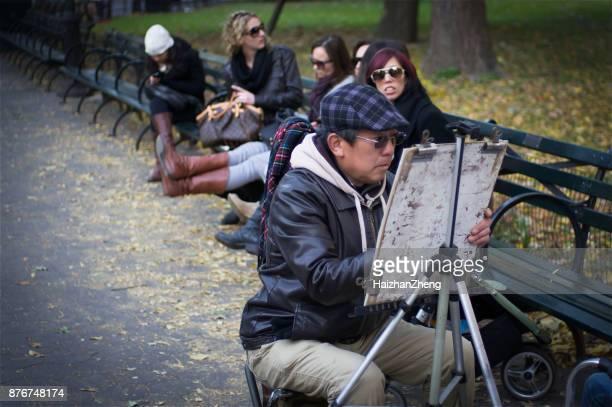 street artist im central park - straßenmaler stock-fotos und bilder
