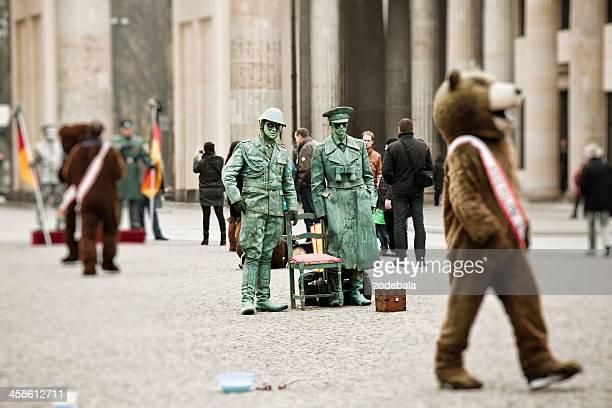 Street Artist mit Armee Uniform am Brandenburger Tor in Berlin, Deutschland