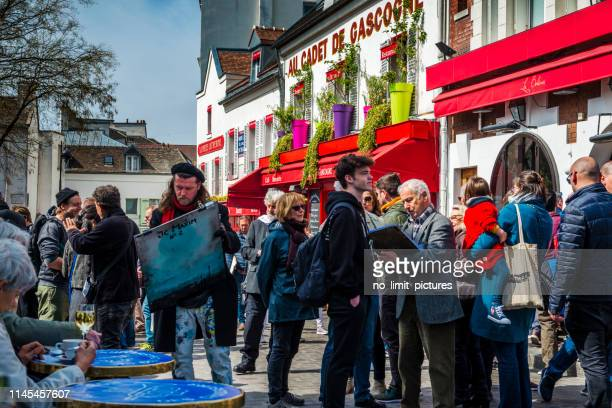 street artists and tourists on montmartre in paris, france - drawing art product stock pictures, royalty-free photos & images