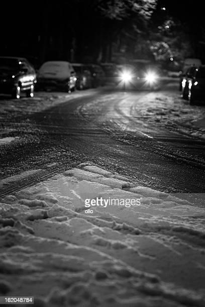 Calle en la noche, cubierto de nieve