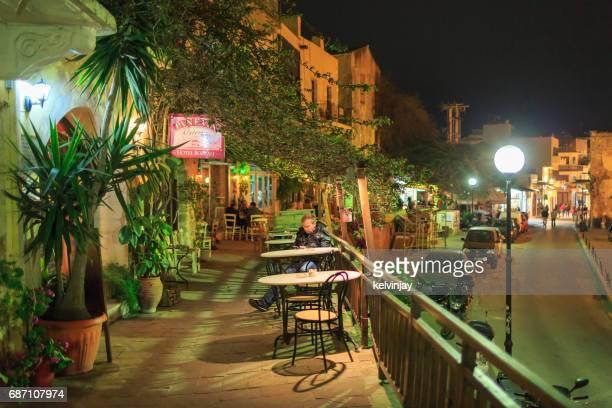 Straße Bars und Cafés in der Nacht in Chania, Crete