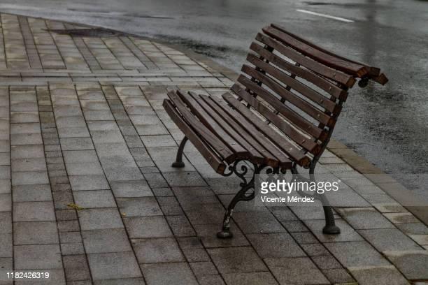 street bench with no one - banco asiento fotografías e imágenes de stock