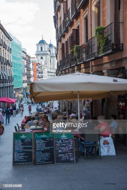 street-café in madrid - terrassenfeld stock-fotos und bilder