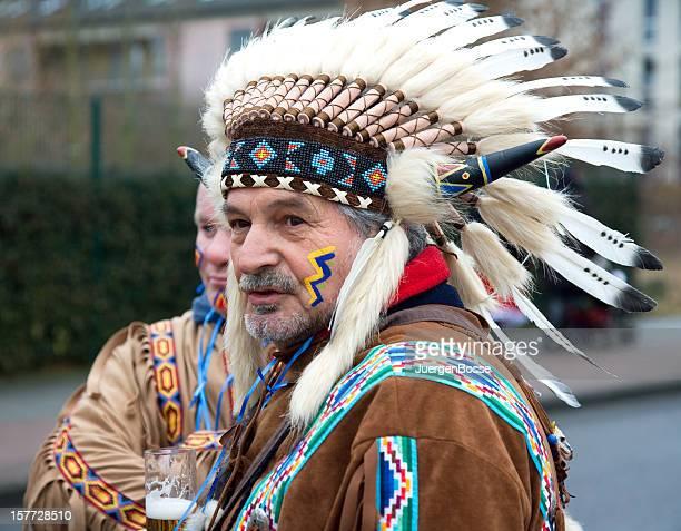 Street Karneval in Köln mit männlich-Indianer