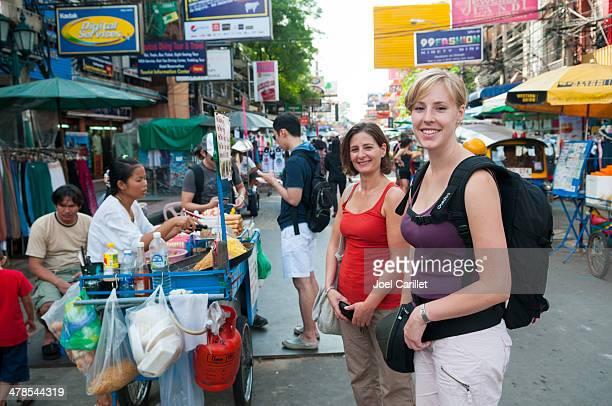 Street food und Rucksackreisende in Thailand