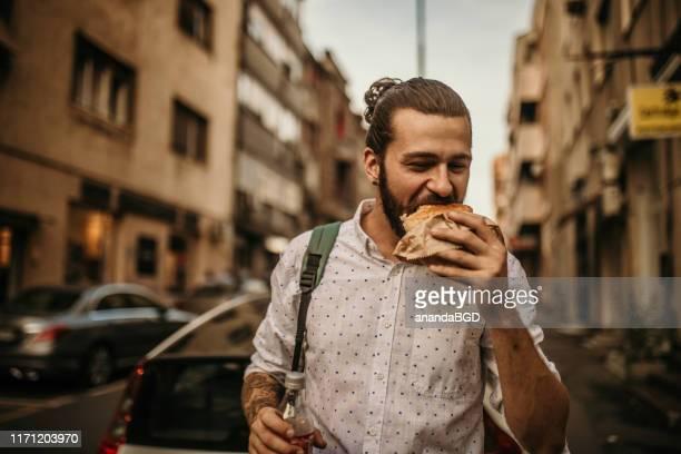 street food - burger menselijke rol stockfoto's en -beelden