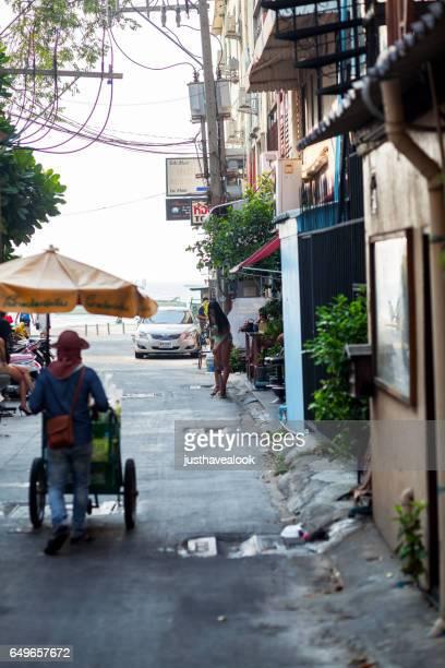 vendedor de comida callejera y kathoey en pattaya - kathoey fotografías e imágenes de stock