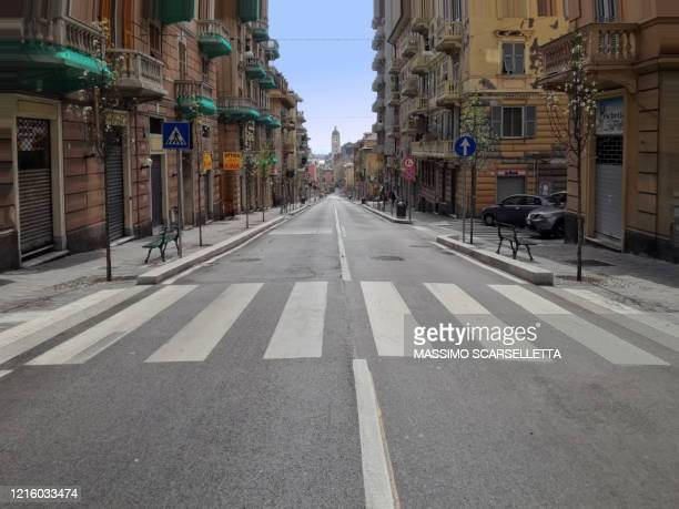 street in a deserted city due to the covid-19 virus a genoa, italy. - ロックダウン ストックフォトと画像
