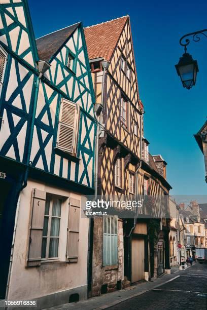 street in bourges, auvergne, france - bourges imagens e fotografias de stock